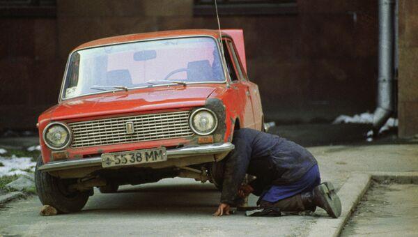 Мужчина ремонтирует старый автомобиль