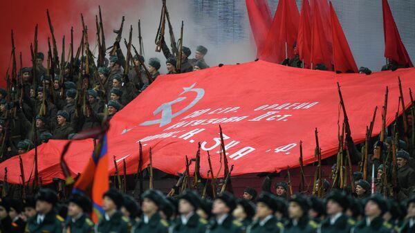 Военнослужащие в форме Красной армии во время торжественного марша, посвященного 75-й годовщине военного парада 1941 года на Красной площади