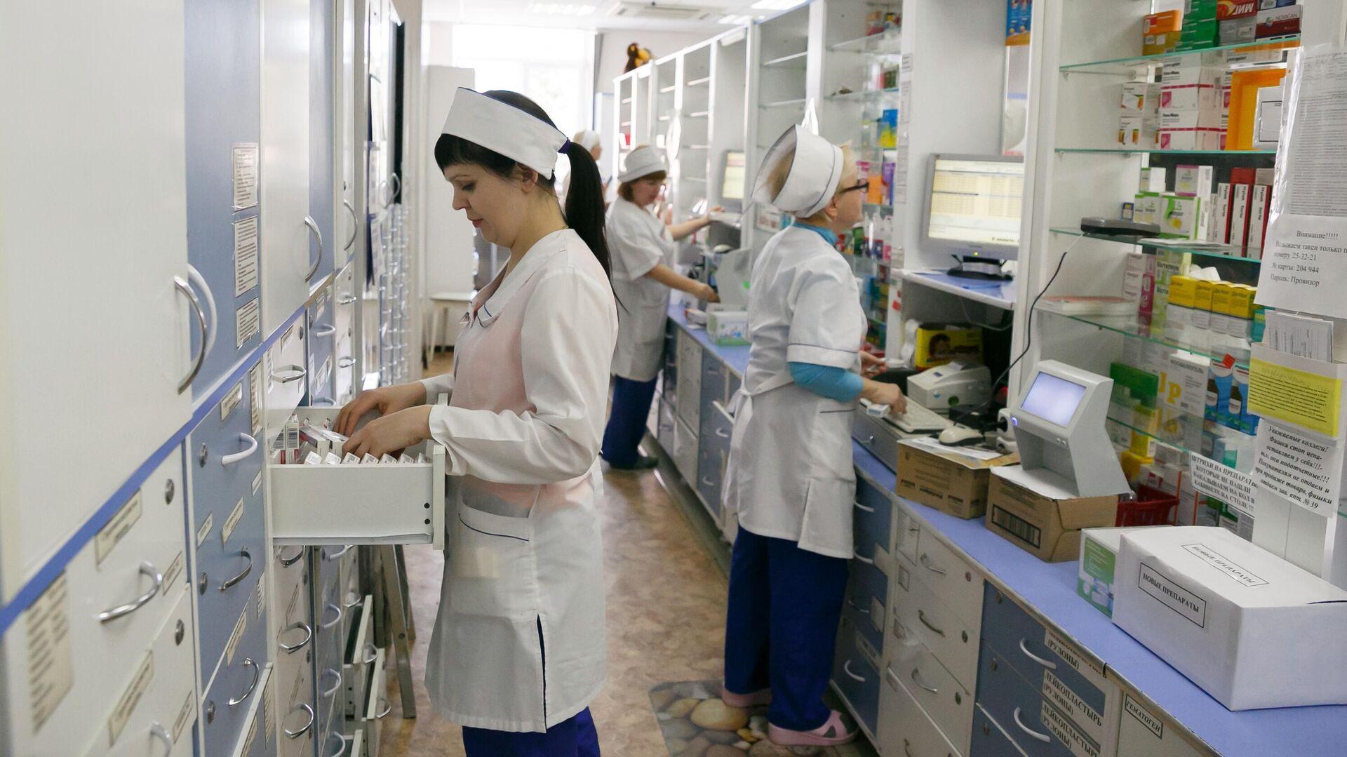 Фармацевты в аптеке - РИА Новости, 1920, 30.01.2020