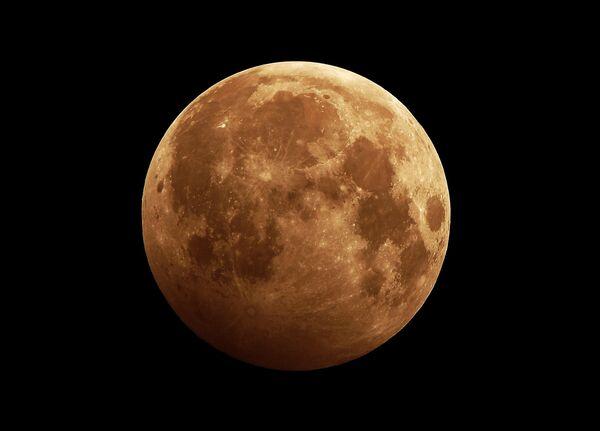 Лунное затмение в небе над сибирской тайгой неподалеку от Красноярска