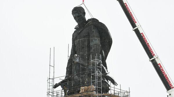 Установка центрального монумента Ржевского мемориала Советскому солдату