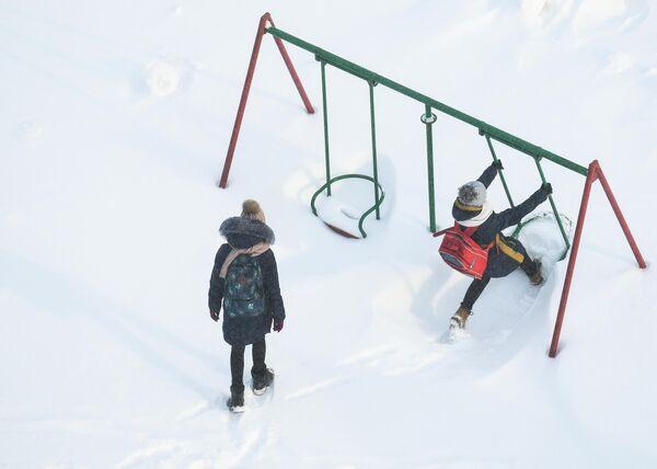 Дети на детской площадке в Новосибирске
