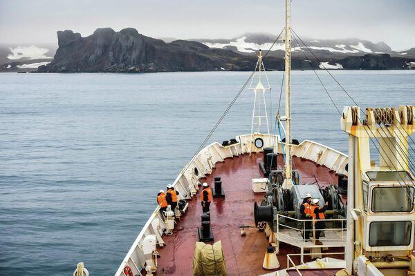 Участники экипажа исследовательского судна Балтийского флота Адмирал Владимирский у острова Кинг-Джордж, на котором расположена российская антарктическая станция Беллинсгаузен