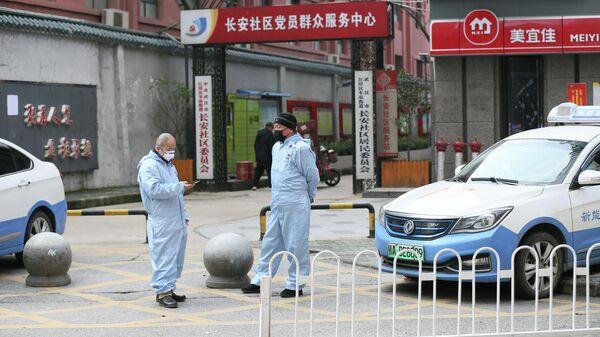 Водители такси в защитных костюмах в городе Ухань