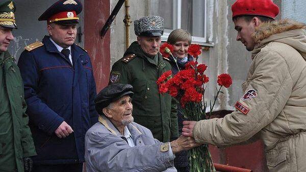 Парад для одного зрителя: как ветерана поздравили с днем снятия блокады
