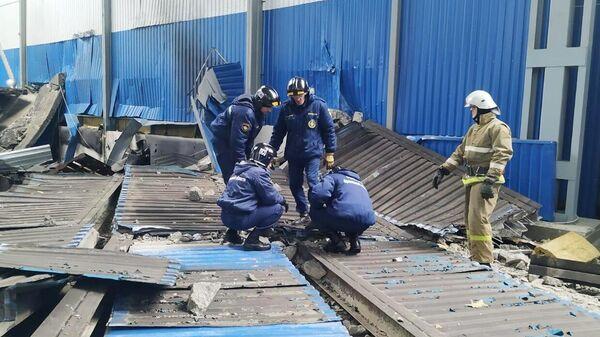 Сотрудники МЧС на месте взрыва газа на заводе резиновых изделий в Мценске