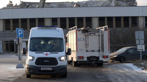 Машины скорой помощи и МЧС РФ у здания спортивно-концертного комплекса Петербургский, где произошло обрушение крыши