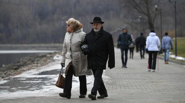 Люди прогуливаются по территории Московского музея-заповедника Коломенское