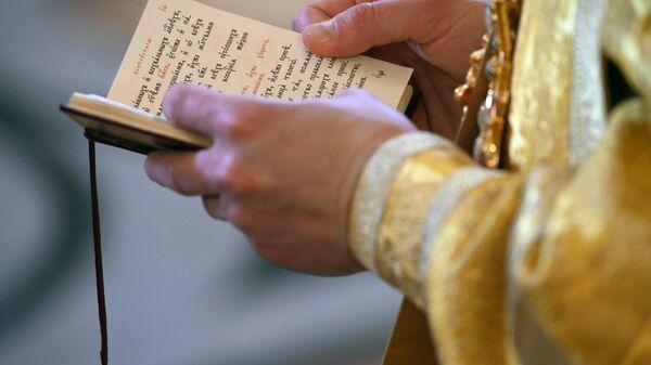Священнослужитель на божественной литургии
