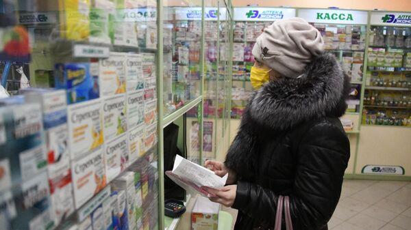 Покупательница в защитной маске в одной из аптек Читы