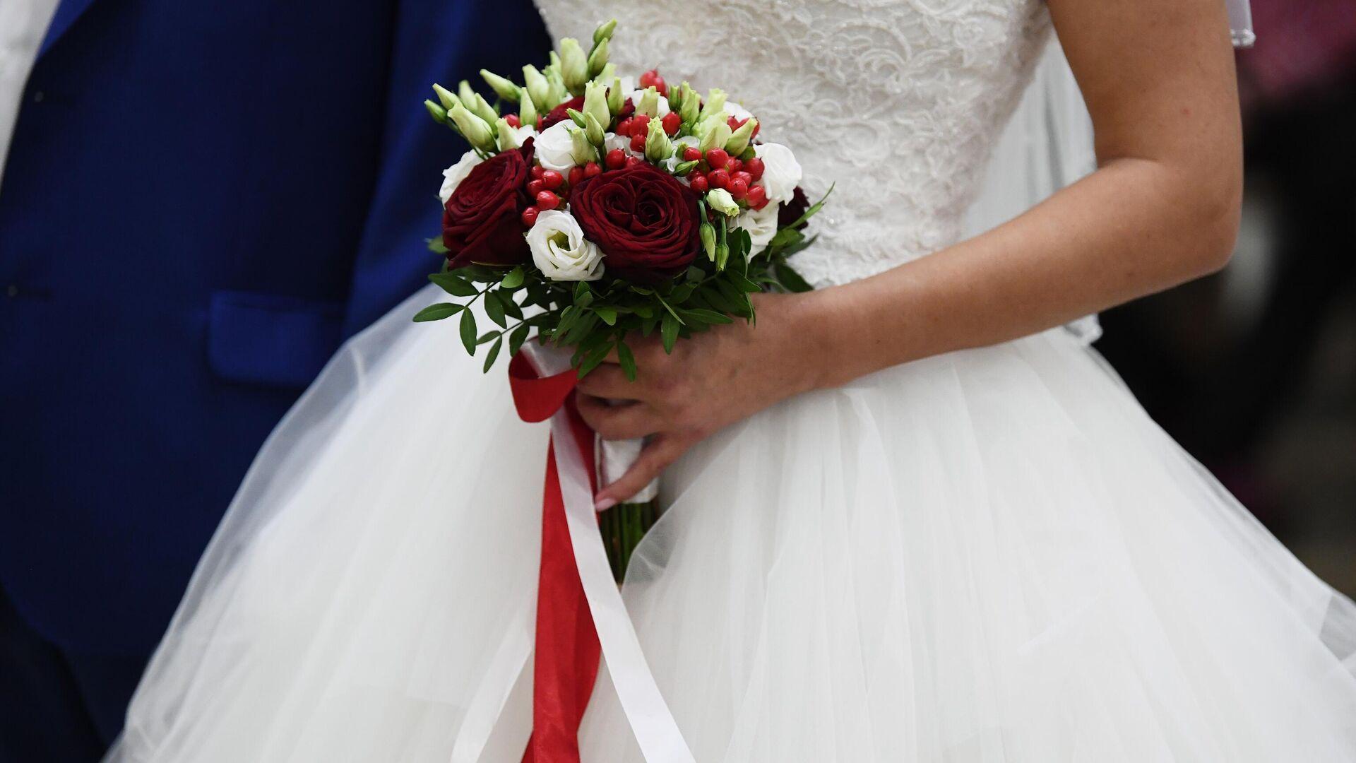 Букет в руках невесты на свадьбе в Шипиловский ЗАГСе - РИА Новости, 1920, 01.12.2020