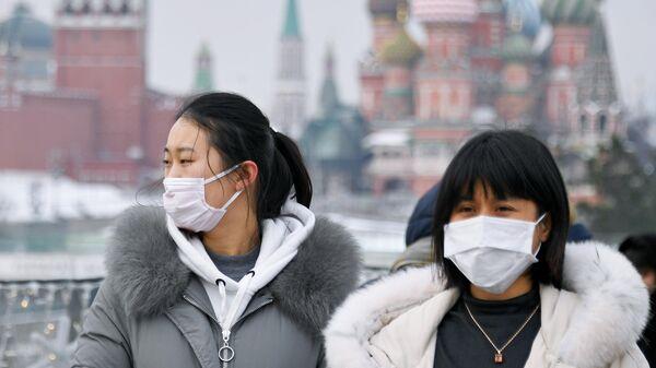 Иностранные туристы на Парящем мосту в парке Зарядье в Москве