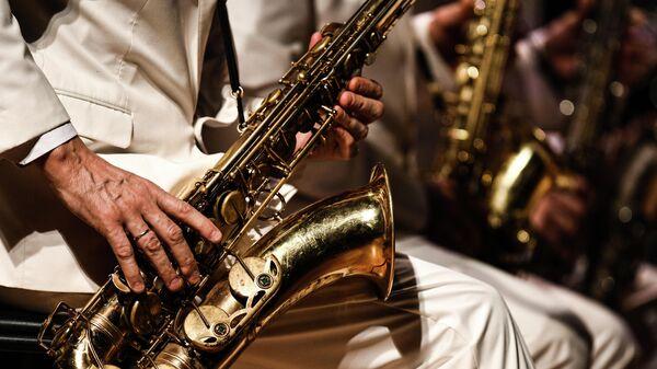 Музыкант биг-бенда Георгия Гараняна выступает на концерте Звуки Джаза. Музыка СССР