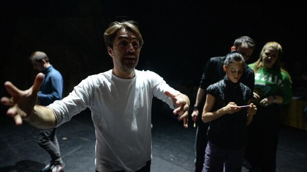 Эдвард Клюг, хореограф-постановщик балета Пер Гюнт, во время одной из репетиций на сцене Новосибирского академического театра оперы и балета