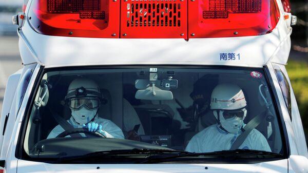 Автомобиль скорой помощи, который предположительно перевозит пассажира круизного лайнера Diamond Princess в Йокогаме