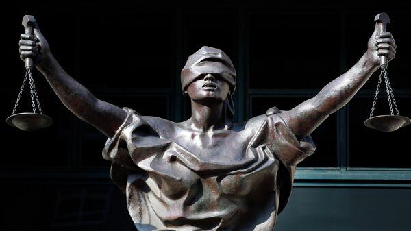 Статуя Фемиды у здания федерального суда в городе Александрия, штат Вирджиния, США