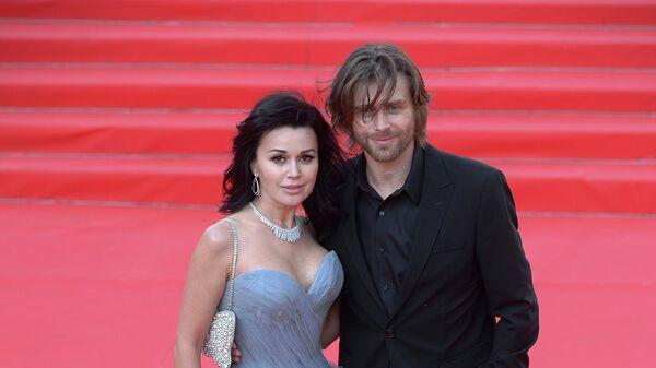 Актриса Анастасия Заворотнюк с мужем Петром Чернышевым перед началом церемонии открытия 35-го ММКФ