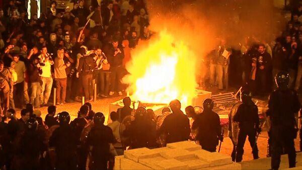 Португальцы скандируют лозунги и жгут костры у здания парламента