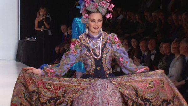 Дамы в нарядах из платков вышли на подиум на открытии Недели моды в Москве