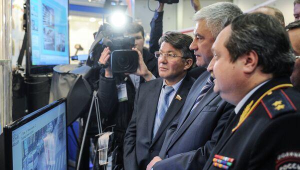 Министр внутренних дел РФ Владимир Колокольцев осматривает экспозицию выставки Интерполитех-2012