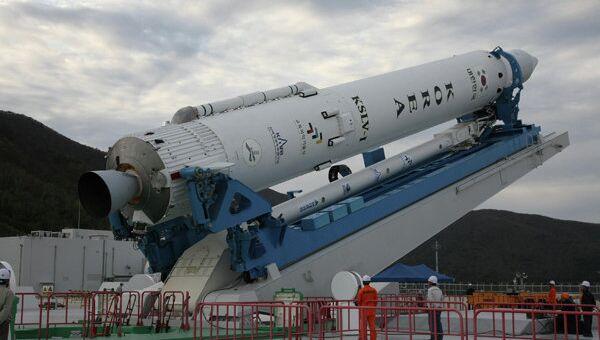 Установка ракеты-носителя KSLV-1 на стартовый комплекс. Архив