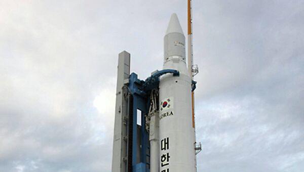 Установка ракеты-носителя KSLV-1 на стартовый комплекс