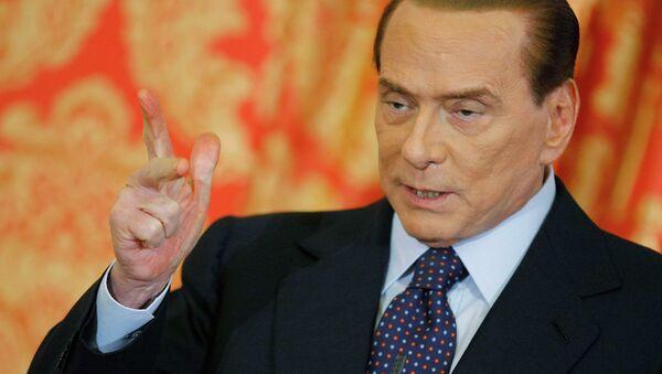 Сильвио Берлускони выступает на пресс-конференции