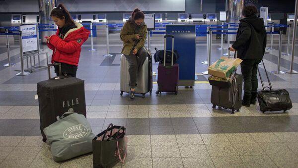 Отмена рейсов в нью-йоркском аэропорту LaGuardia в связи с бушующим в Атлантическом океане ураганом Сэнди