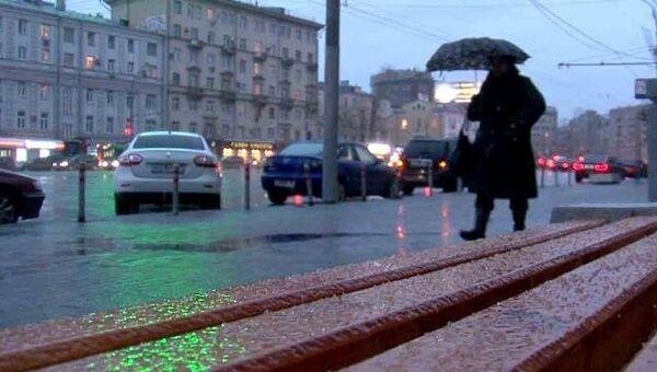 Ледяной дождь барабанит по машинам и тротуарам московских улиц
