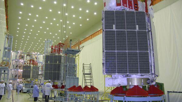 Сборка трех космических аппаратов Глонасс. Архивное фото