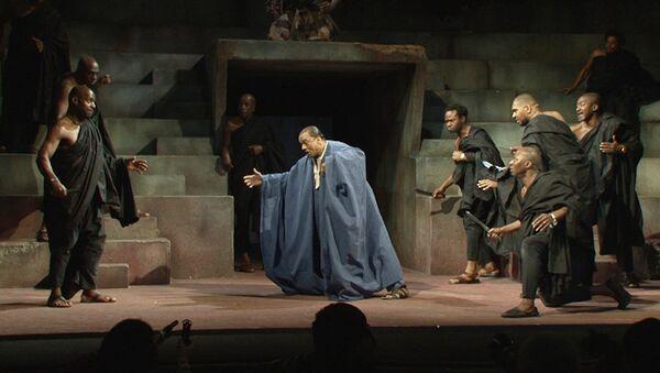 Цезаря убили под звуки африканских барабанов в новой версии пьесы Шекспира