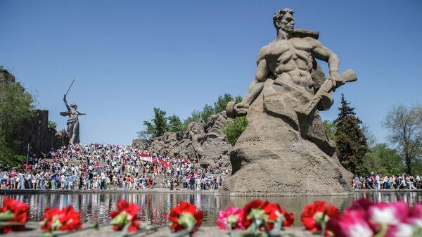 Цветы у мемориального комплекса Мамаев Курган в Волгограде