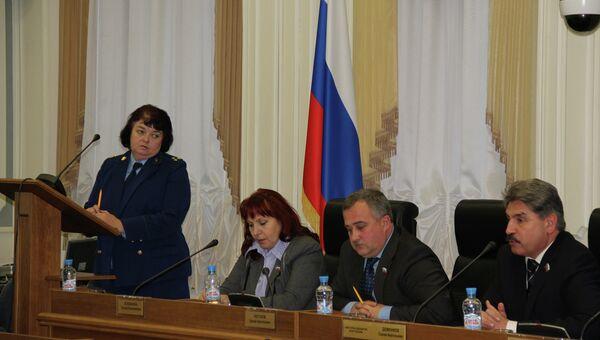 Людмила Пащенко выступает на круглом столе на тему коррупции в Костроме