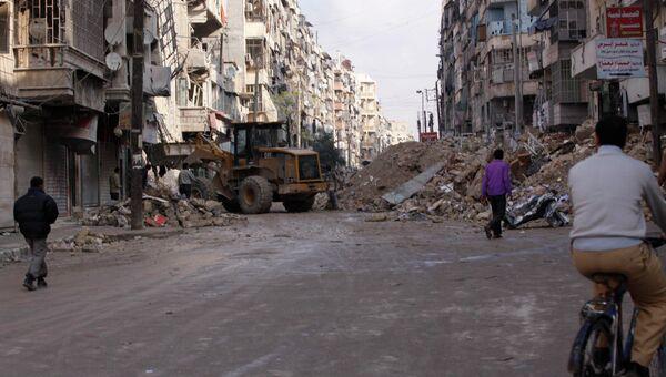 Жители Алеппо на одной из улиц города