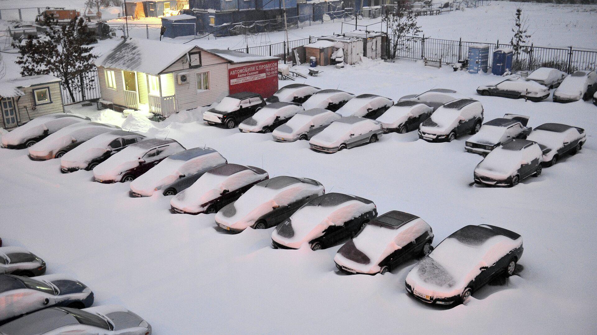 Занесенная снегом стоянка машин на улице Профсоюзная в Москве - РИА Новости, 1920, 08.01.2021