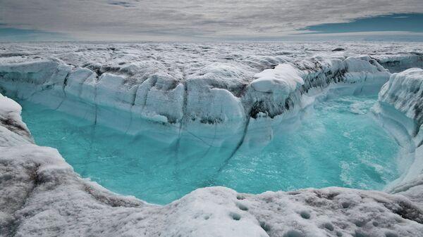 Поток талой воды на поверхности ледника в Гренландии