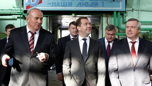 Дмитрий Медведев (в центре) во время посещения Новочеркасского электровозостроительного завода