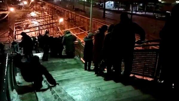 Люди спускались с моста гуськом и падали после ледяного дождя в Подмосковье
