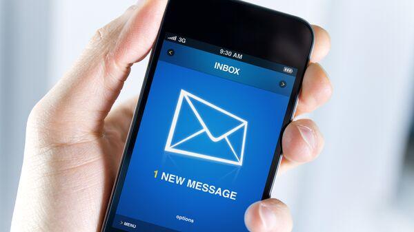 Сообщение в мобильном телефоне . Архивное фото