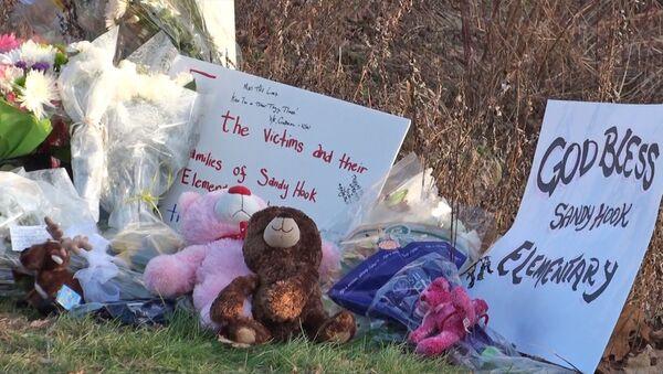 Люди приносят цветы и игрушки к школе в Сэнди Хук, где погибли дети