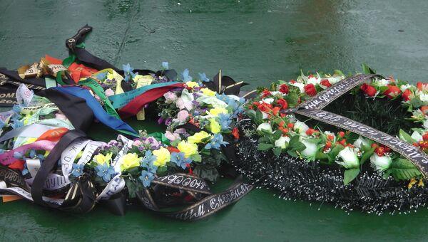 Венки на воде в месте гибели платформы Кольская. Архивное фото