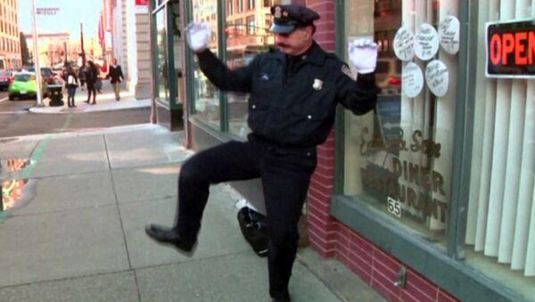 Полицейский-регулировщик танцует на перекрестке и веселит прохожих