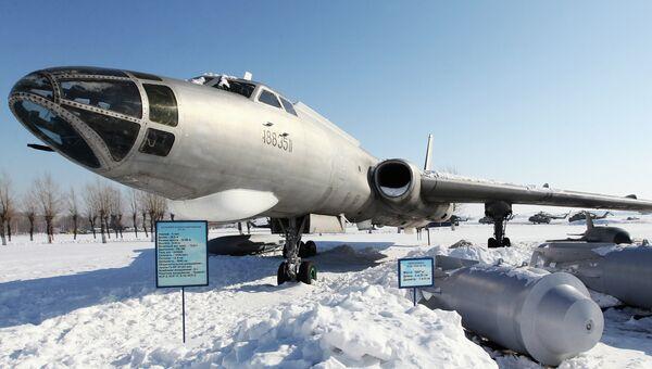 Дальний бомбардировщик ТУ-16 в музее боевых самолетов на аэродроме Дягилево. Архив