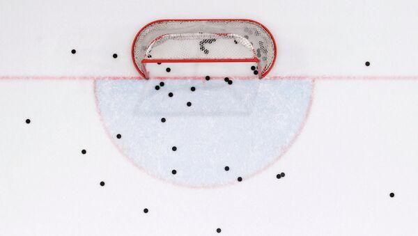 Шайбы на льду в ходе хоккейного матча. Архивное фото