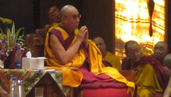 Далай-лама во время чтения Сутры сердца вместе с паломниками из России