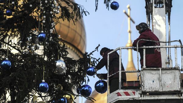 Украшение новогодней елки на Соборной площади Кремля. Архивное фото