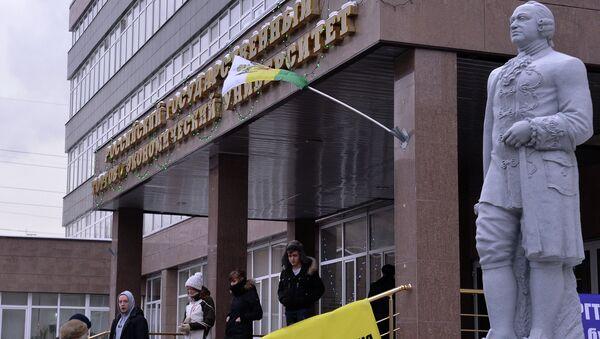 Студенты у здания Российского государственного торгово-экономического университета (РГТЭУ)