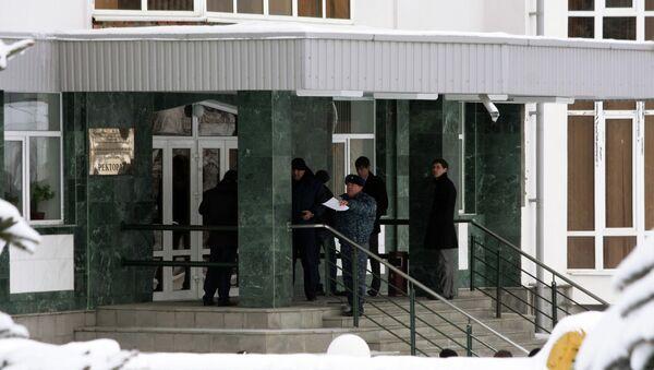 Сотрудники правоохранительных органов работают на месте убийства Бориса Жерукова