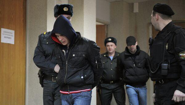 Сотрудники полиции конвоируют фигурантов дела о похищении сына Е. Касперского