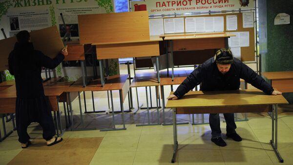 Разбор баррикад в фойе Российского государственного торгово-экономического университета в Москве